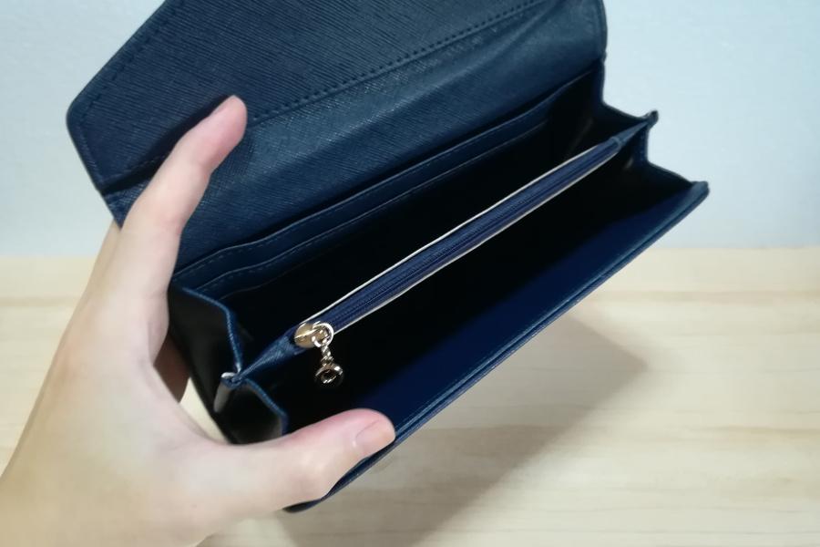 防磁ケースの中は小銭入れやカード入れがあって、まるで財布のよう