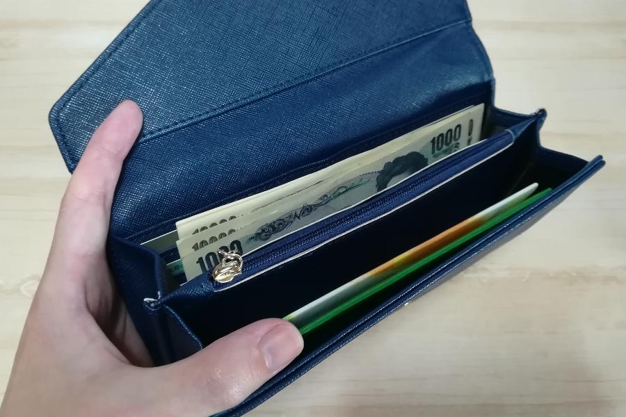 紙幣や小銭が入れられるので財布として使うこともできる