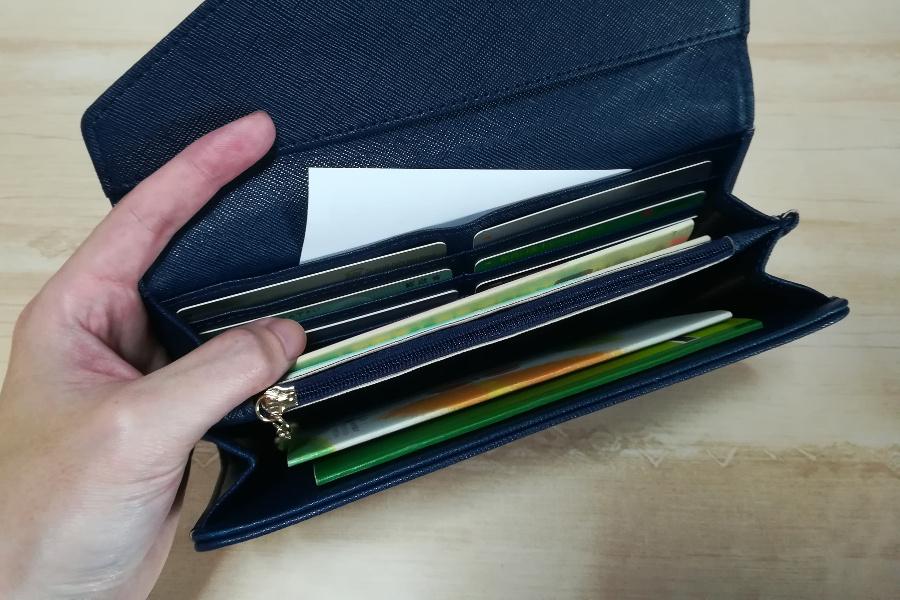 ポケットは3ヵ所あり、通帳は6冊まで収納できる