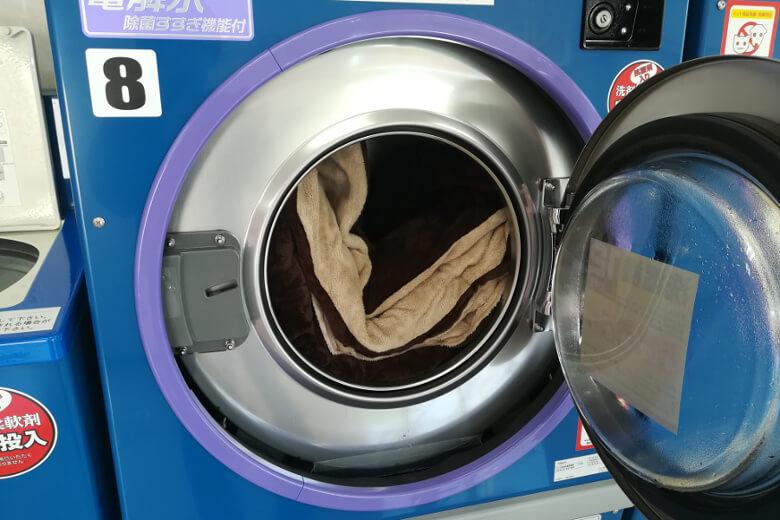 写真:コインランドリーの洗濯機(12kg)にこたつ布団を入れた状態