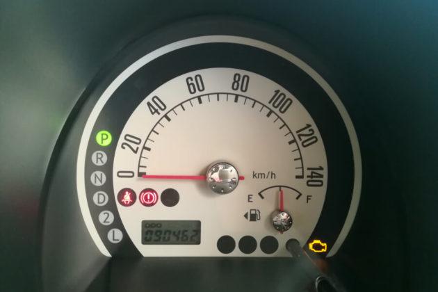 写真:ラパンのエンジン警告灯が点灯中