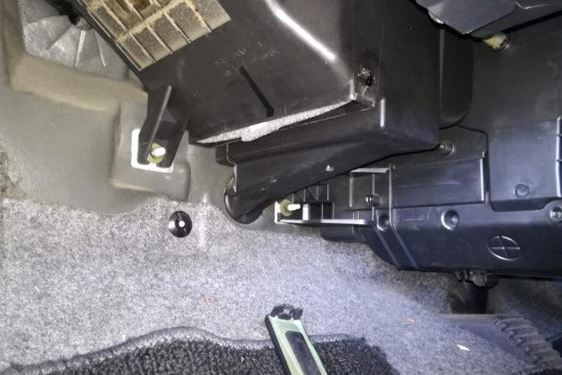写真:エアコンフィルターを奥まで差し込んで取り付ける