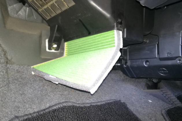 写真:正しい向きに取り付けられたエアコンフィルター