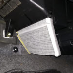 写真:逆向きに取り付けられたエアコンフィルター